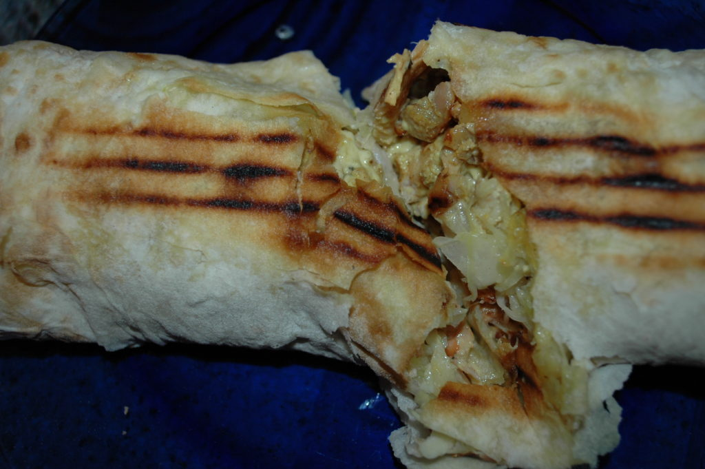 разрезаю ролл большой шаурмы Grill kebab