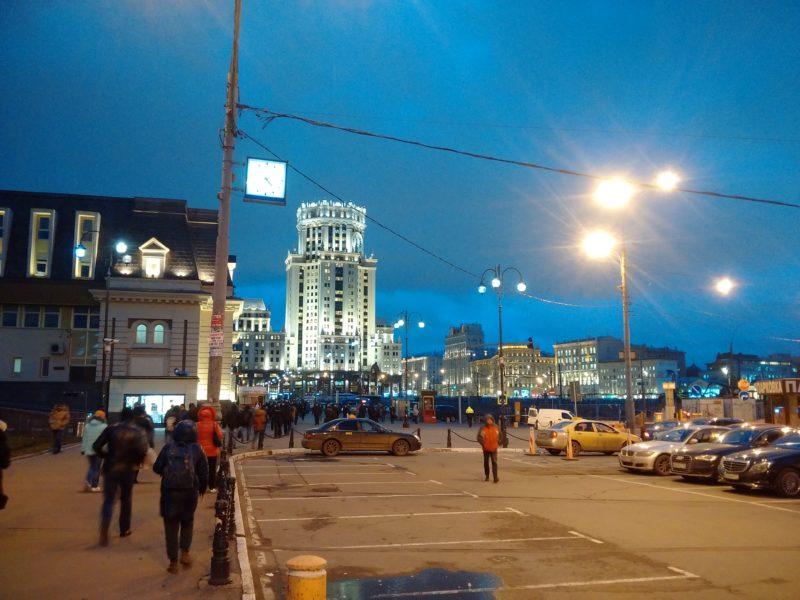 Кафе с шаурмой на Павелецком вокзале -- светящееся окно в левом нижнем углу.