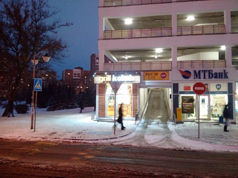 Вход в кафе Gril kebab на Логойском тракте в Минске.