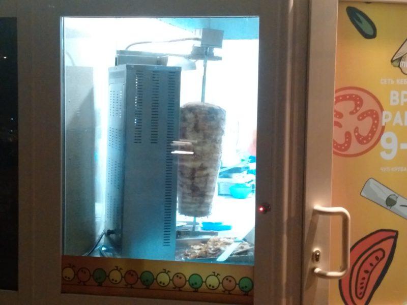 Шампур с курицей в кафе Шаурма по сирийски на проспекте Рокоссовского.