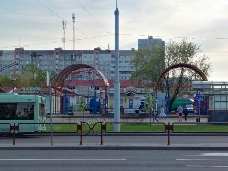 """Вид на шаурменную """"Кебаб бурум"""" в Серебрянке со стороны проспекта Рокоссовского."""