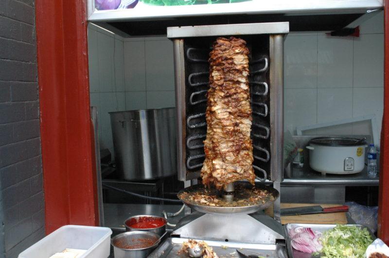 Гриль с мясом на рынке Wangfujing Snack Street в Пекине.