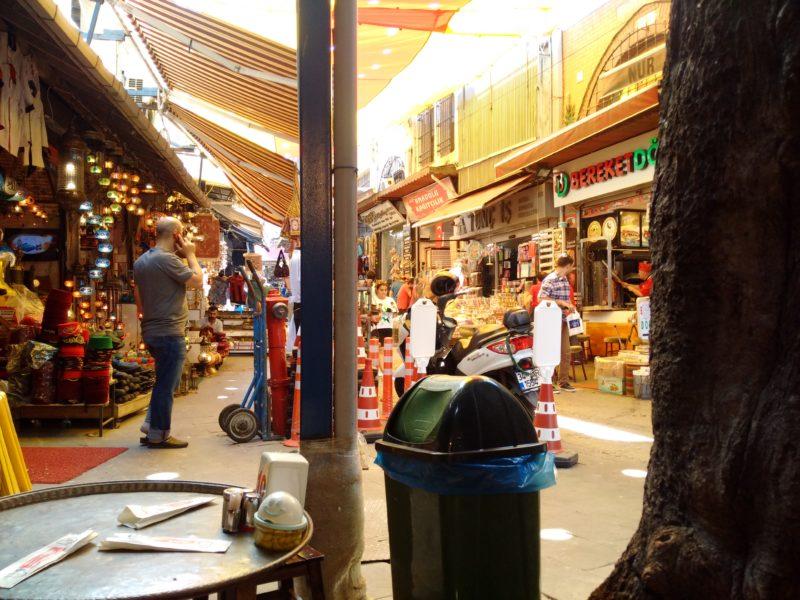 """Жду шаурму в кафе рядом со входом на """"Египетский базар"""" в Стамбуле."""