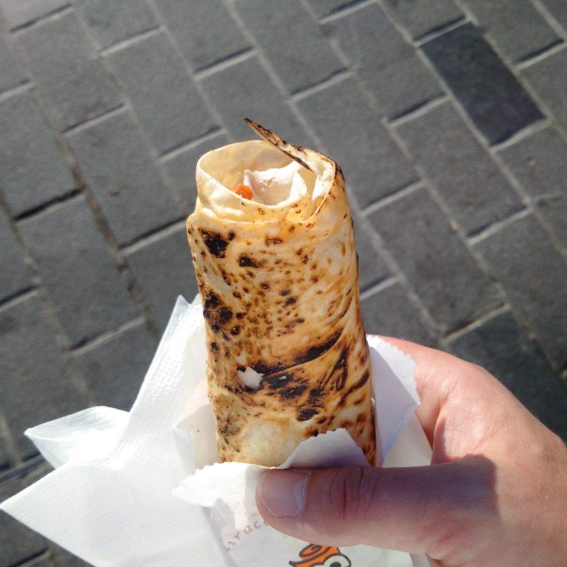 Обгоревший лаваш шаурмы с козлятиной в кафе с улицы Истикляль в Стамбуле.
