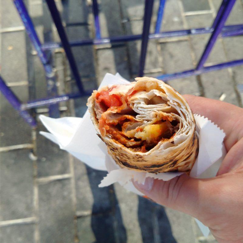 Валик из лаваша в шаурме с козлятиной в кафе на улице Истикляль в Стамбуле.