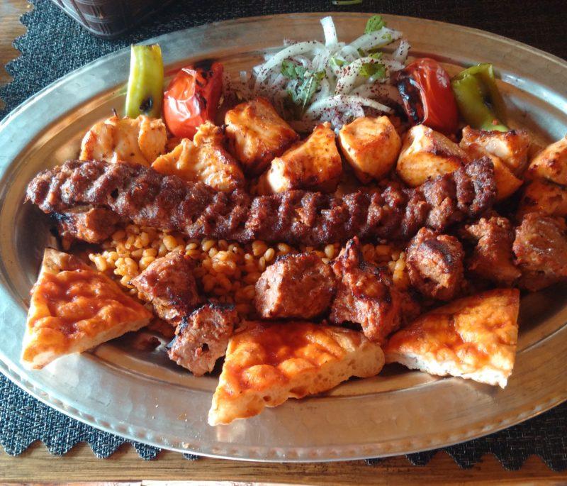 Мясо в турецком кебапе (вариант с пшеничной лепёшкой) в Анталии.