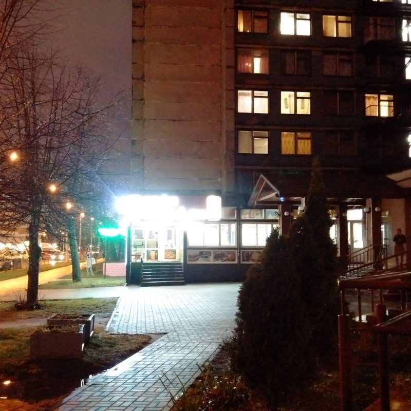 """Вход в кафе """"МирАли"""" нга улице Кульман, напротив Комаровского рынка."""